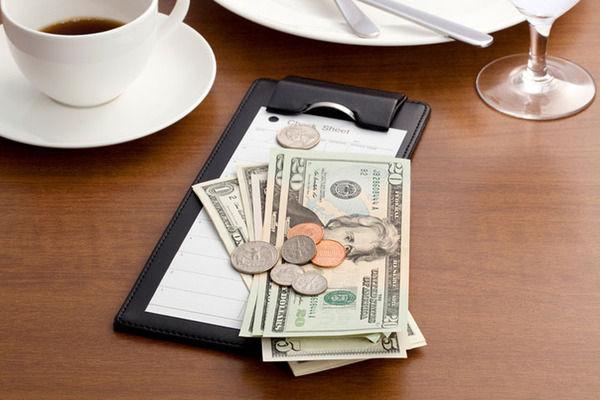 【悲報】アメリカの外食業界「チップは面倒くさいから廃止しよう!」結果 → 大失敗wwwwwwwwwwww