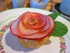 バラのアップルパイがインパク絶大な大阪のカフェ