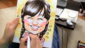 女の人の似顔絵を書いて色を塗っている人