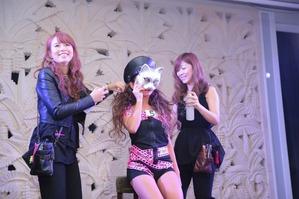 仮面女子二人がステージで待機