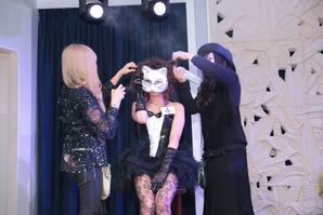 仮面女子がステージに登場!