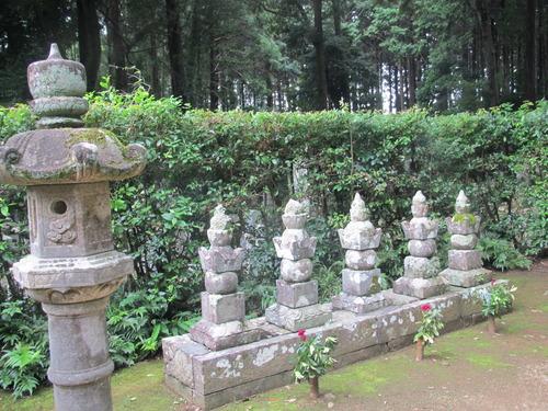 龍潭寺 井伊家墓所  右から2番目が直虎