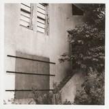 モノクロ送信所、塞がれた窓