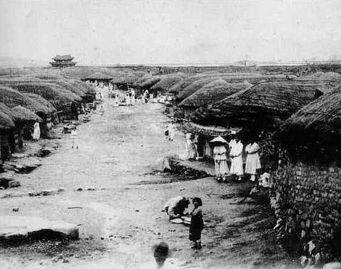 日韓併合前の朝鮮5遠くに南大門荒れた道と糞尿の街