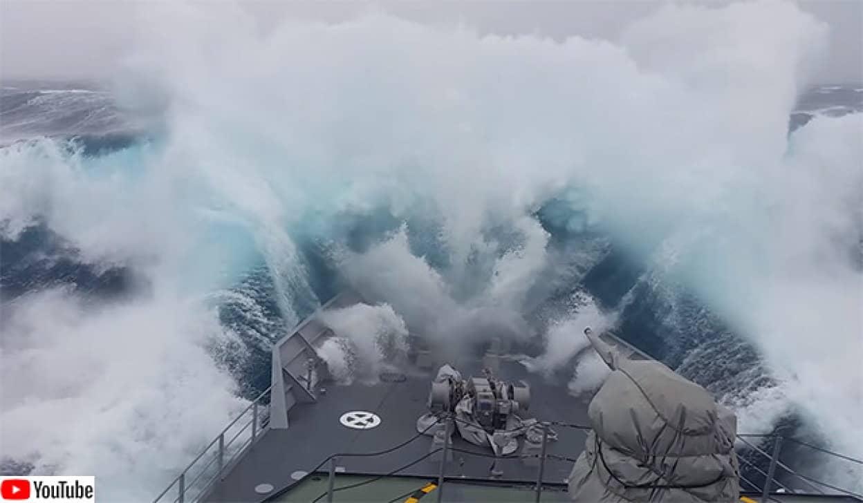 南極海の魔物。荒れ狂う波に飲み込まれる軍船