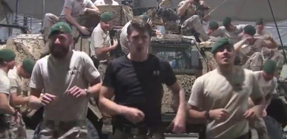 ノリノリである。スウェーデン海兵隊が武器倉庫の備品を使ってミュージカルを熱演