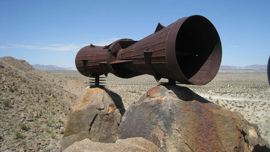 砂漠にぽつんと置かれた巨大メガホンの謎