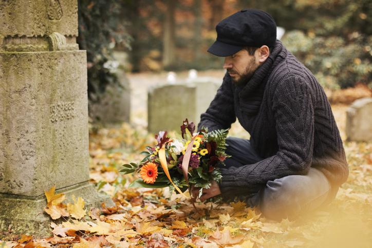 父親の墓参りをした後、思いがけない形で未来の妻と出会うことになった男性の物語