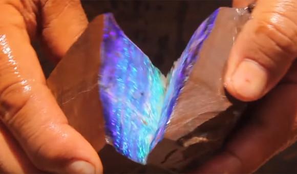 何の変哲もない石を割ったらなんと!世にも美しく輝くオパールが出現!(オーストラリア)