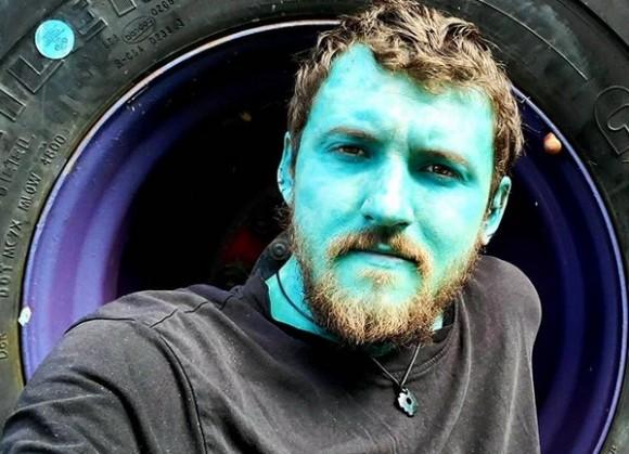 青のタトゥーで全身を覆った男性、精神が安定し健康的になったと主張(カナダ)