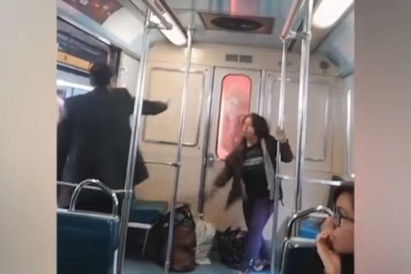 いきなりエクソシズム。地下鉄車内で女性に憑いた悪魔を祓おうを行おうとする男性、抵抗する悪魔(メキシコ)