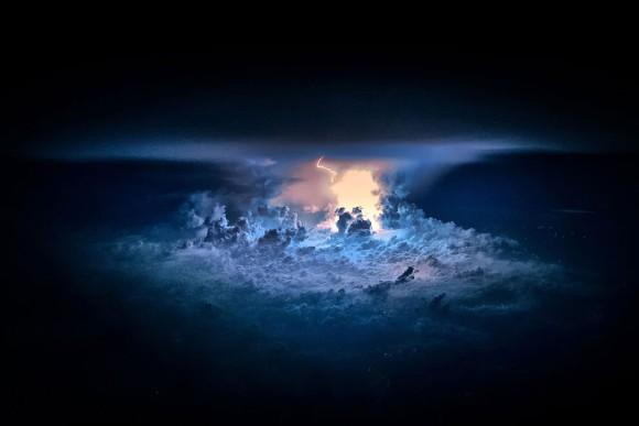 コックピットから見える地球を取り巻く壮大な気象現象
