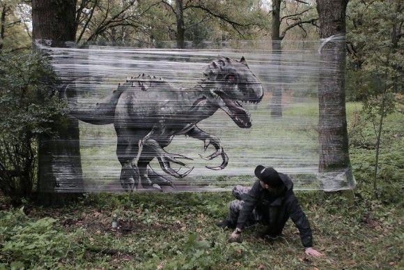 食品用のラップに恐竜や動物たちを描いて森の木々に巻いていくと、あらやだ不思議!新感覚SFファンタジー