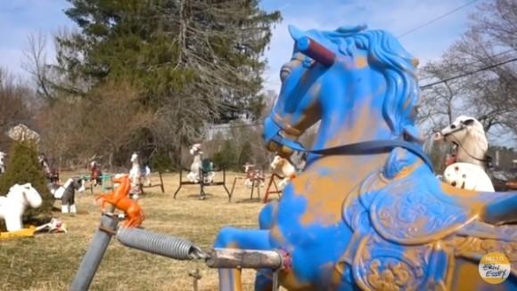ミステリアスな木馬たちの墓場「ポニーヘンジ」(アメリカ)