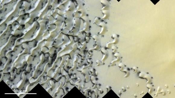 溶けたホワイトチョコレートのようにクリーミーな火星の北極地帯の写真