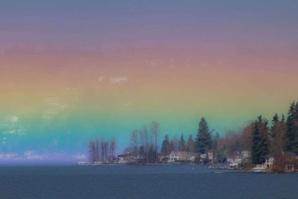 水平線を七色に彩る美しい虹。こんなときだからこそ、心に潤いを(アメリカ)