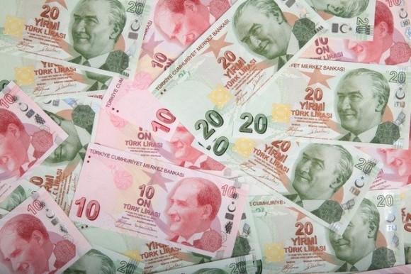 貧しい地域の人々が抱える借金を完済し、現金入りの封筒を置くトルコのロビン・フッド。それが誰なのかは誰も知らない。