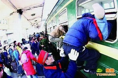 crowded_train_stations_in_china_20