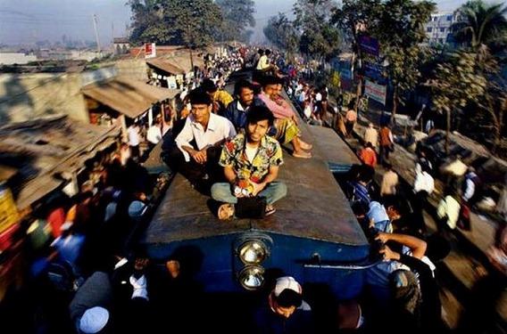 harrowing_bangladesh_train_hopping_images_04