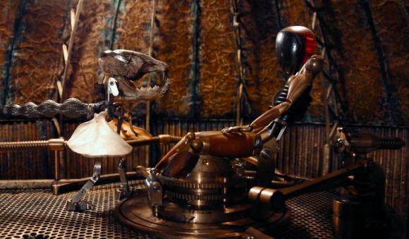 レトロフューチャーな世界観。ロボットが自分の意識を見つけるために探索を続けるショートフィルム「ファブリケイテッド」