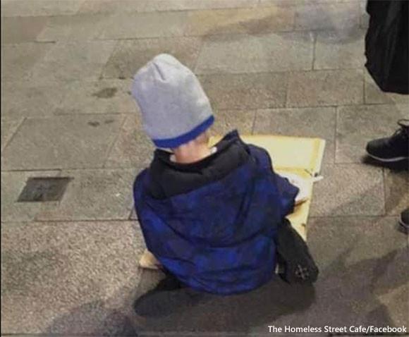 路上でひとりぼっちで炊き出しを食べる5歳の男の子。アイルランドのホームレス事情が浮き彫りに