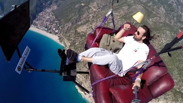 パラグライダーで空に舞い、空中でカウチポテトを楽しんでみた(命綱なし)