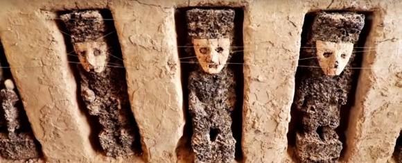 ペルーで神秘的なマスクをかぶった20体の木像が埋め込まれた回廊が発見される