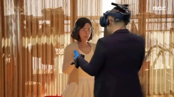 亡き妻とVR(仮想現実)で再会した夫、泣きながら思い出のワルツを踊る