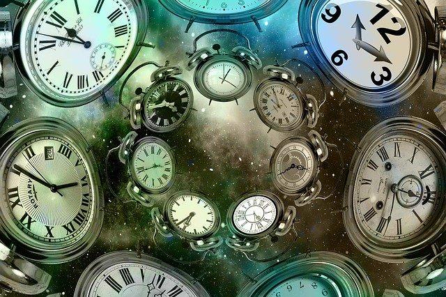 シュレーディンガーの猫と双子のパラドックスを組み合わせて時計を作る
