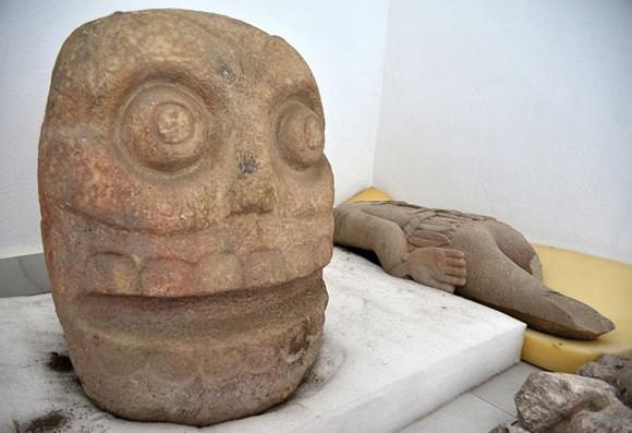生きたまま皮を剥がれた人の遺体を生贄として捧げた神「シペ・トテック」を祀った寺院と像が発見される(メキシコ)