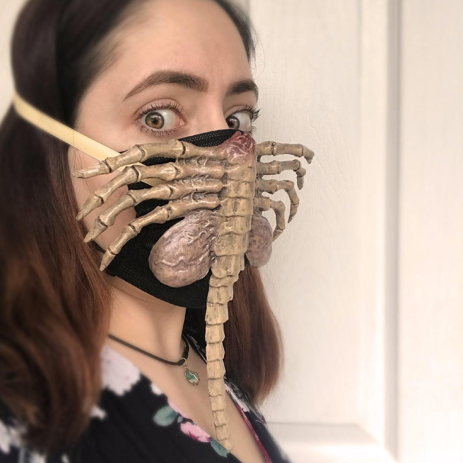 あなたの周りの密が解消される?エイリアンのフェイスハガーのマスクカバーと布マスクが販売されている件