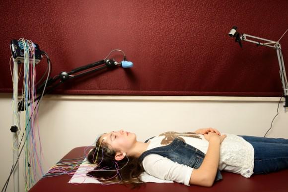 脳は寝ている間に新しい記憶を形成する(フランス研究)