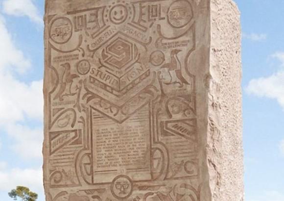 未来人に向けての壮大なギャグ。重さ24トンの巨石に、ネットで話題のネタを彫り込んで埋蔵するという珍企画