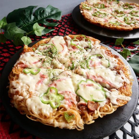 カップ焼きそばがおいしいピザに大変貌!ソース味が決め手。フライパンでできる「カップ焼そばピザ」【ネトメシ】