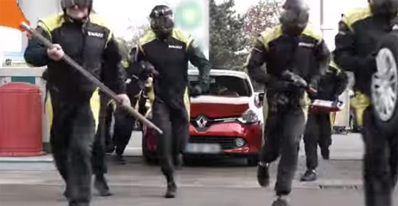 そりゃ( ゜Д゜)ポカーンとするわ。ガソリンスタンドに給油に来たら、F1のピットクルーが現れてタイヤ全とっかえされるどっきり