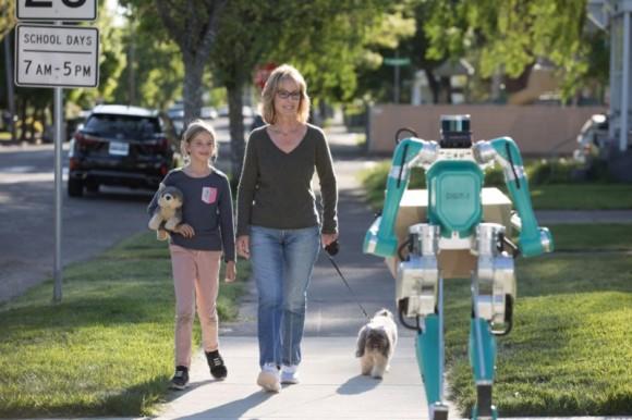 ロボットが自動運転車でやってきて、玄関先まで荷物を運んでくれるという未来がもうすぐ実現!(米フォード社)