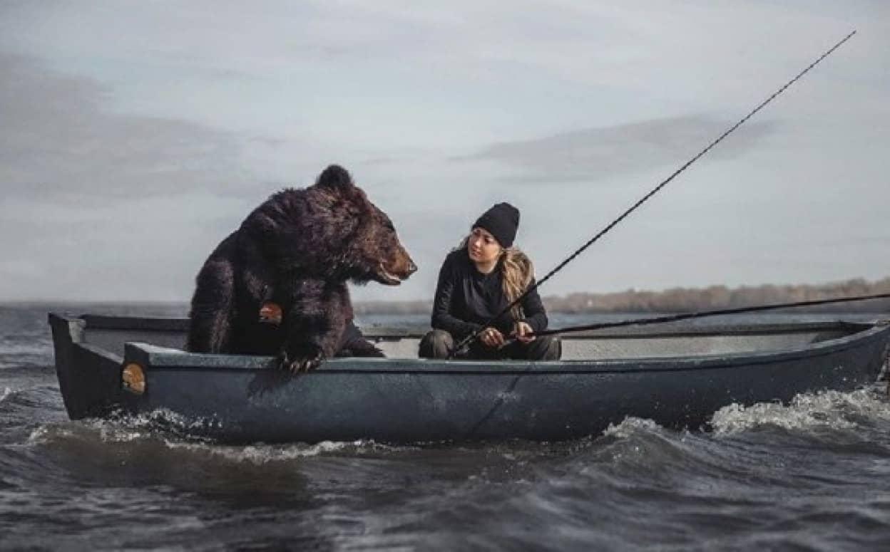 保護したクマをペットにしたロシア人女性、一緒に釣りを楽しむ