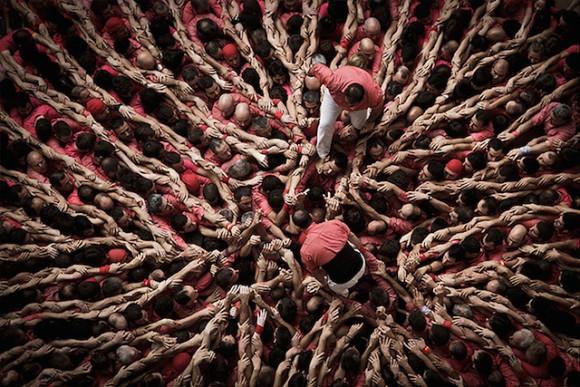 人間が折り重なって作られる巨大まつぼっくり。スペイン、カタルーニャの伝統の行事、「人間の塔(カステイ)」