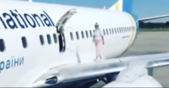 「暑かったから」飛行機の翼に乗った女性