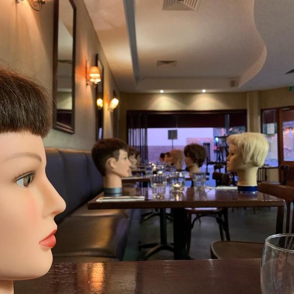 景気づけのためレストランにマネキンの頭を飾ったところ、「密」と勘違いされ警察に通報される事案(オーストラリア)