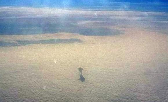 こ、これは!?雲の上をあるく巨大なヒトガタ物体が飛行機内から目撃される
