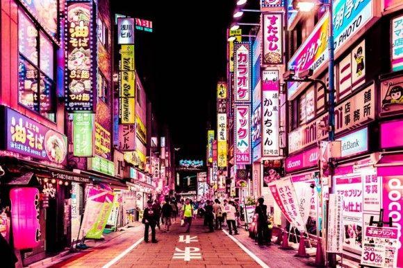 東京の街にピンク色のエフェクトをかけてみた。