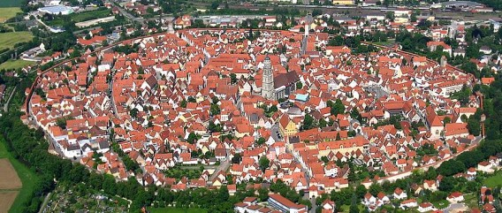 進撃の巨人の舞台?隕石落下によりできた巨大クレーターの上に築かれた市壁都市、ドイツの都市「ネルトリンゲン」