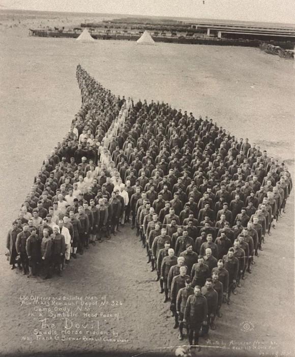 戦場でなくなった馬たち悼み、人文字で馬の頭部を作り敬意を表したアメリカ兵士(第一次世界大戦時)
