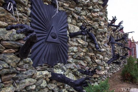 建物を覆う無数のドクロ、壁から伸びる黒い手。ベラルーシにある悪魔に守られし家
