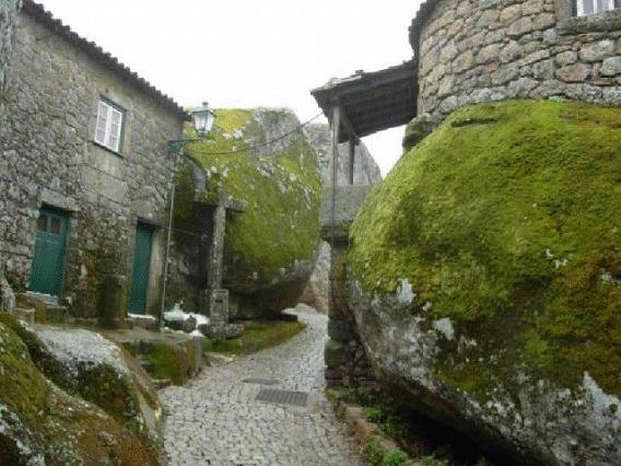 a_beautiful_village_on_the_rocks_640_19