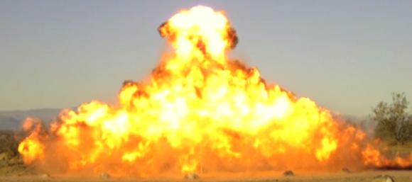 爆破マニアが爆薬で作る一瞬で終わる「炎のクリスマスツリー ...