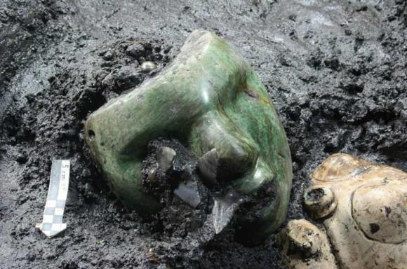 メキシコの古代都市テオティワカンにあるピラミッドで発見された緑色の石仮面
