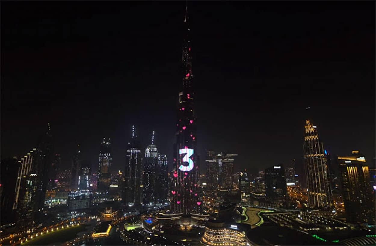ユーチューバーカップルが世界一高いビルで我が子の性別発表