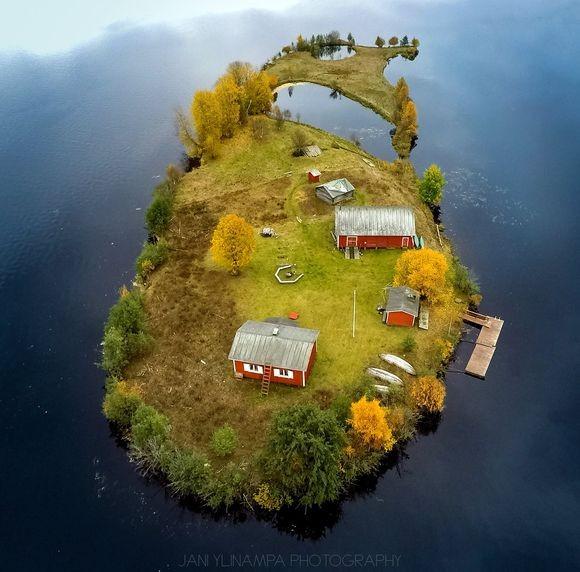 ファンタジーな世界観がすごい!ドローン写真で見る「ラップランド」の小さな島の四季折々の風景